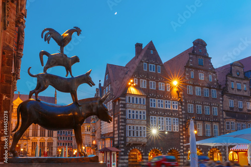Fotografía Famous statue of The Bremen Town Musicians, donkey, dog, cat and cockerel, from