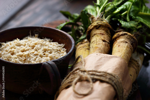 Valokuva raw horseradish roots on wooden background