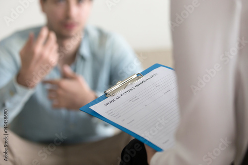 Fotografía  Young man consulting with medical doctor or psychologist, complaining about health, having problems