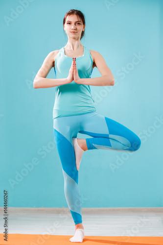 Staande foto Ontspanning Beautiful young brunette doing yoga