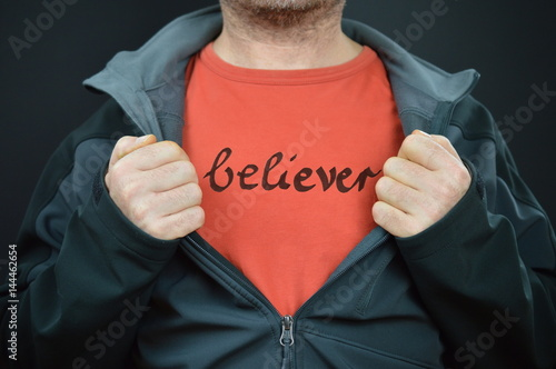 Fotografija a man with the word believer on his red t-shirt