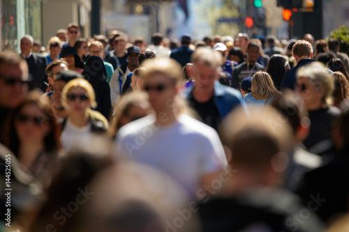 Plakat Tłum ludzi chodzących ulica w mieście