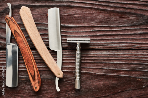 Photo  Vintage barber shop razor tools on wooden background