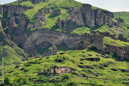 Photo Mountain slope and ruins. Goris, Armenia