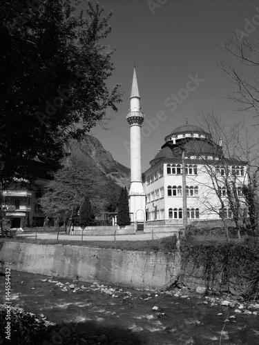 Fotografie, Obraz  Schöne Moschee im Sonnenschein an einem Gebirgsbach in Dogancay bei Adapazari in