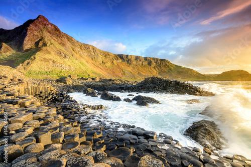 Fotografía  sundown at giants causeway, northern Ireland