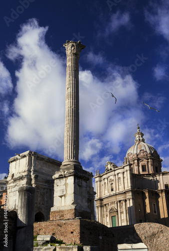 фотография  Column of Emperor Phocas in Roman Forum with ancient triumphal arch and baroque