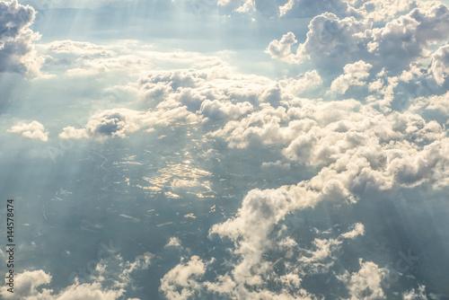 niebieskie-niebo-i-chmury-jak-widziec-okno-samolot