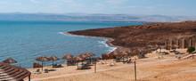 Giordania 05/10/2013: Paesaggio Roccioso E Una Spiaggia Sul Mar Morto, O Mare Del Sale, Il Lago Salato Nella Depressione Più Profonda Della Terra