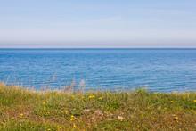 Horisont Med Horisontella Linjer Av Grönt Gräs, Blått Vatten Och Himmel