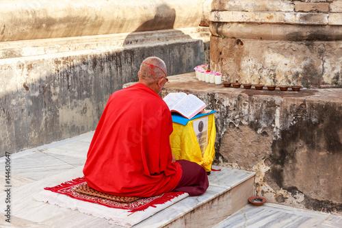 Plakat Gaya, Bihar India, Październik, - 16, 2016: Michaelita ono modli się blisko bodh drzewa który Buddha enlight.