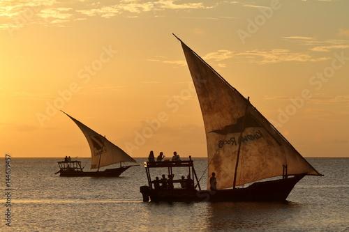 Poster Zanzibar Segelboote im Sonnenuntergang auf Sansibar