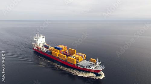 Plakat Widok z lotu ptaka zbiornika statku żeglowanie w morzu