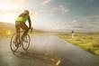 Radsportler auf einer Landstraße