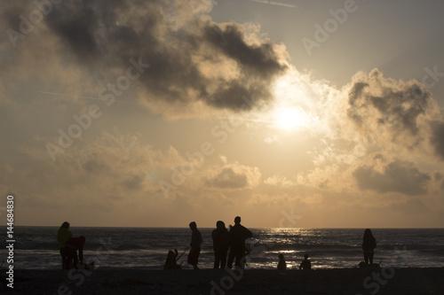 Papiers peints Beige Fotografando il tramonto sul mare