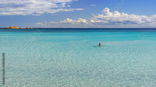 Photo Femme nageant dans une mer bleue turquoise