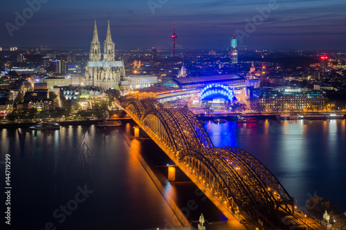 In de dag Europa Image of Cologne with Cologne Cathedral during twilight blue hour in Germany.
