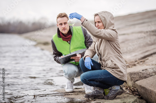 Fotografía  Scientists or biologists working together on water analysis. .