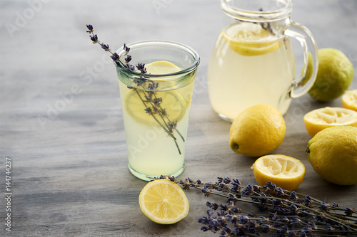 Fotografía  Lemonade with lemons and lavender on gray  shabby table
