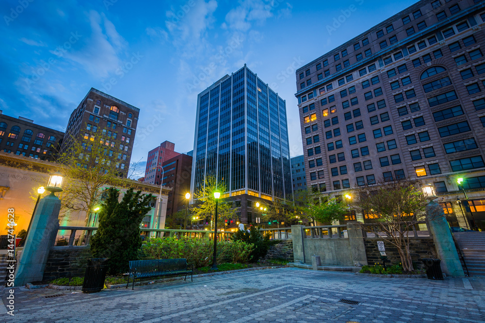 Fototapety, obrazy: Buildings at Rodney Square at night, in Wilmington, Delaware.