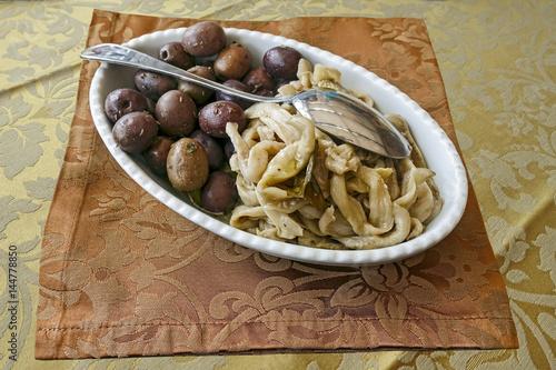 Deurstickers Voorgerecht antipasto di olive nere e filetti di melanzane
