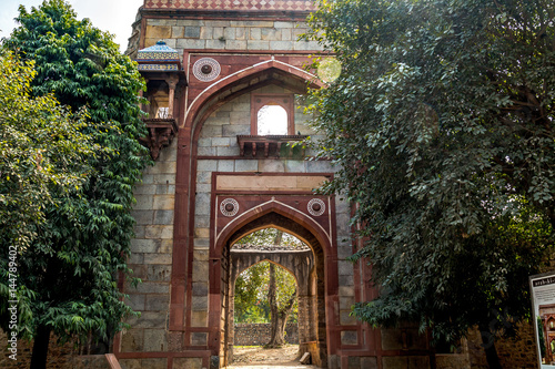 Papiers peints Con. Antique Humayun tomb Arab-sarai mughal architecture gateway with intricate carvings. A UNESCO World heritage site.