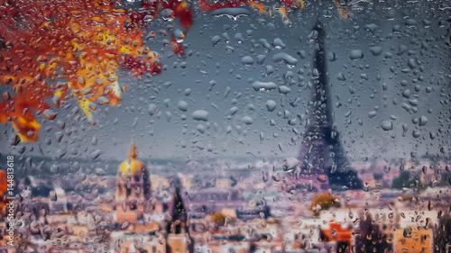 Obraz na płótnie PARYŻ, FRANCJA. Widok na miasto z okna z wysokiego punktu podczas deszczu. Krople deszczu na szkle. Skoncentruj się na krople
