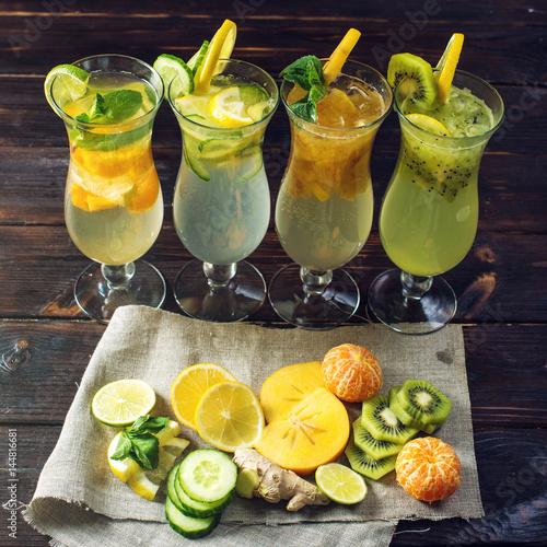 lemoniady-z-lodem-w-szklanych-kieliszkach-z-tropikalnymi-owocami