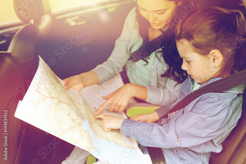 Fotografia, Obraz  happy family with travel map driving in car