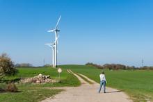 Frau Telefonierend Am Wanderweg Vor Einer Windkraftanlage
