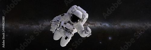 astronauta-przed-galaktyka-drogi