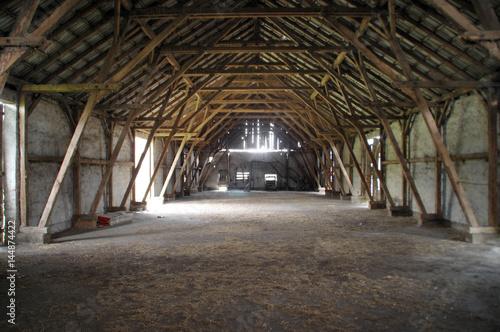Carta da parati Wooden rural barn with big supports