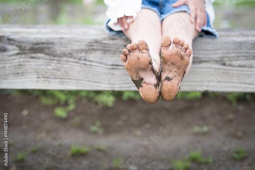 Fotografie, Obraz  泥が付いた子供の足