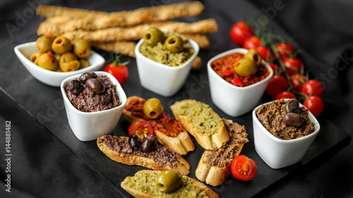 Photo tapenade sur fond noir 4
