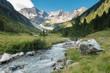 Gletscherfluß in den Alpen im Frühjahr
