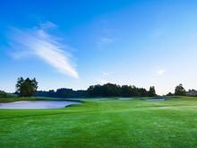 早朝のゴルフ場 ゴルフコース フェアウェイ