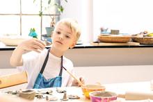 Ceramika Dla Dzieci. Dzieci Lepią Z Gliny W Pracowni Ceramiki Artystycznej
