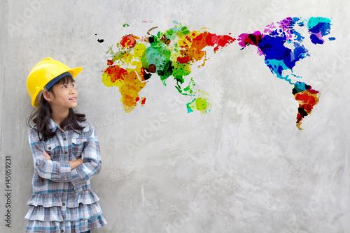 kolorowa-mapa-swiata-z-akwareli-i-patrzaca-na-nia-dziewczynka-w-kasku