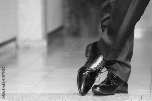 Uomo elegante incrocia i piedi