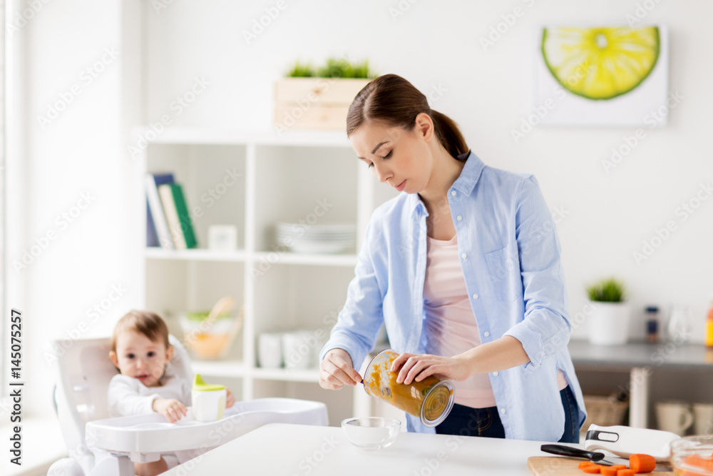 Photo  mother with blender cooking baby food at home