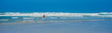 L´Atlantique Avec Des Vagues Près De La Pointe De La Torche En Finistère En Bretagne Avec Un Surfeur - The Atlantic With Waves Near The Pointe De La Torche In Finistère In Brittany With A Surfer
