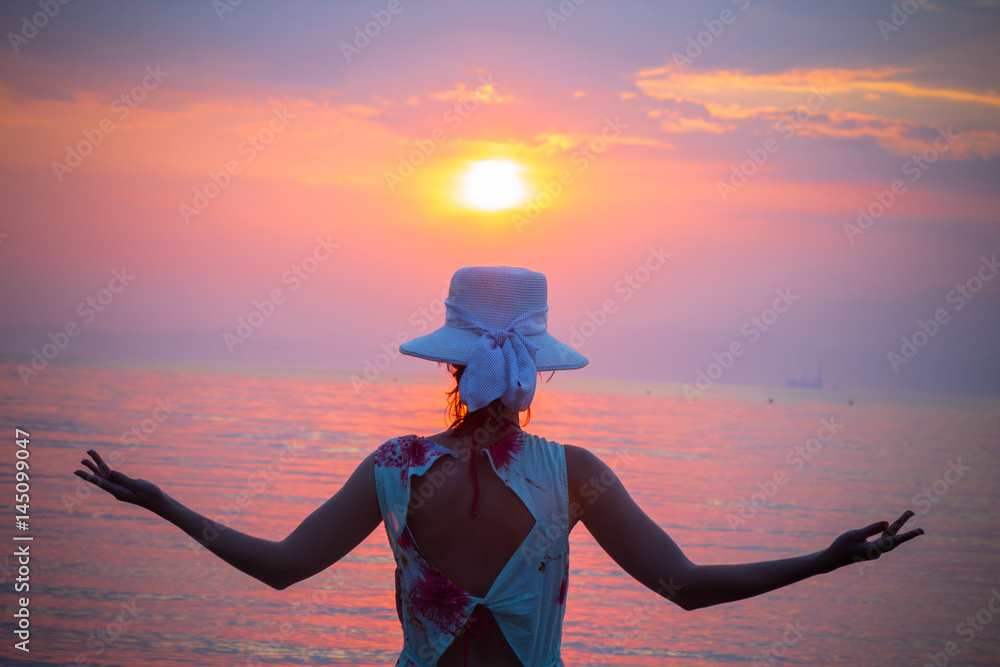 Photo  Back view of female enjoying the sunset over sea
