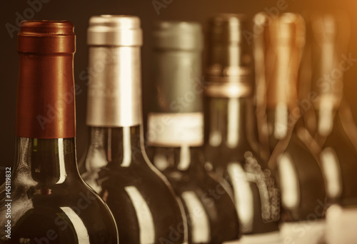 Fotografía  Row of vintage wine bottles with dry red  wine