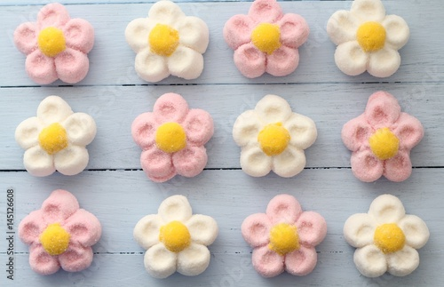 Fotografía Pink, white and yellow daisy marshmallow sweets on duck egg blue painted table