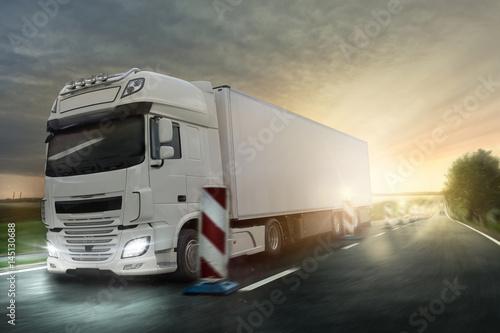 Plakat Ciężarówka jeździ przez plac budowy