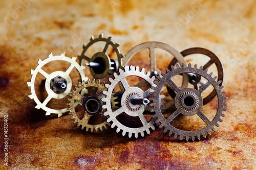 antykwarskiego-zegaru-mechanizmu-steampunk-stylu-cogs-przygotowywaja-kol-makro-widok-rocznika-metalu-osniedzialy-nawierzchniowy-tlo-plytka-glebia-pole