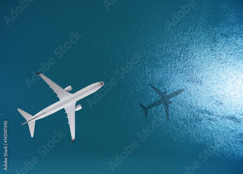 Naklejka premium Samolot leci nad morzem, widok z góry