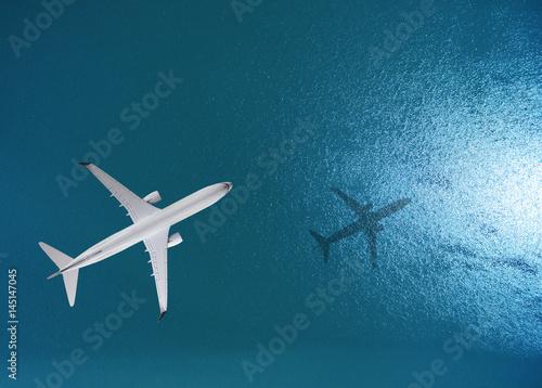 Fototapeta premium Samolot leci nad morzem, widok z góry