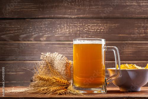 kufel-jasnego-piwa-na-drewnianym-tle