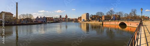 Fototapeta Panorama Gdańska w słoneczny dzień z błękitnym niebem obraz